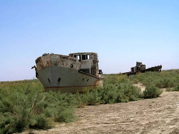 orphaned-ships-in-the-former-aral-sea-harbor-of-moe28098ynoq-uzbekistan