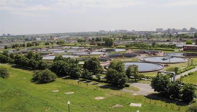 Так выглядит территория очистной станции с крыши метантенка. За круглыми отстойниками видны каналы аэротенков.