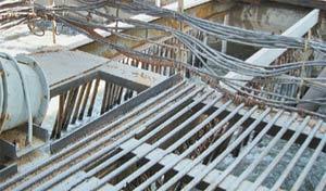 В песколовках поперёк канала подвешены металлические стержни. Они тормозят течение, делают его более плавным.