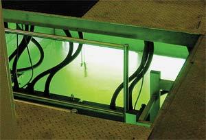 Лампы устанавливают в туннеле, из которого вода сбрасывается в реку.