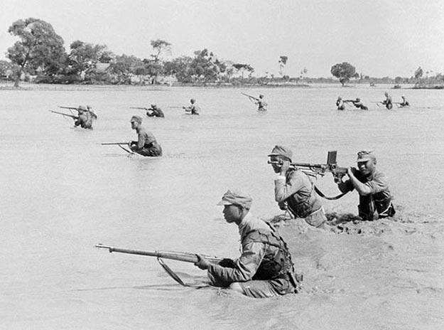 Солдаты национально-революционной армии во время наводнения на реке Хуанхэ в 1938 году: