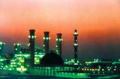 Аравийскую ночь озаряют огни опреснительного завода Аль-Тевилах на берегу Персидского залива.