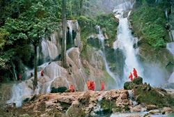 Возле водопадов Тат Куанг Си всегда много буддийских монахов: вода играет особую роль в их религиозных ритуалах