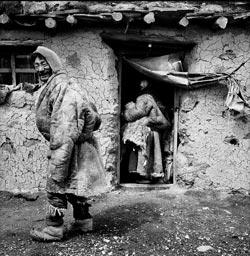 На тибетском высокогорье жизнь меняется очень медленно: как и их предки, многие здешние крестьяне живут в неуютных глинобитных хижинах