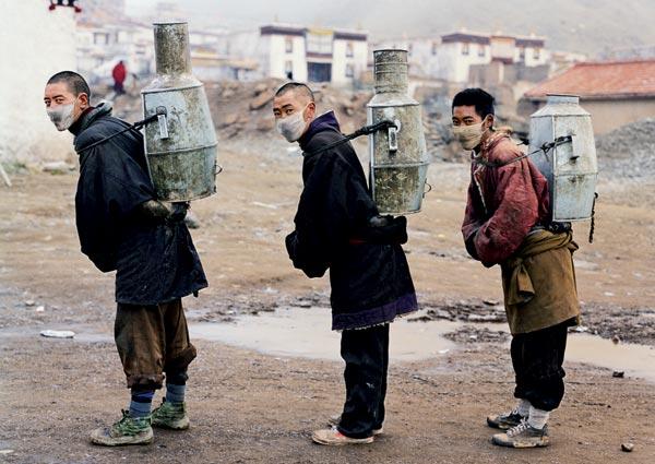 Чай на Тибете не только пьют по-особому, c маслом и солью, но и заваривают необычно — в таких вот жестяных «самоварах»